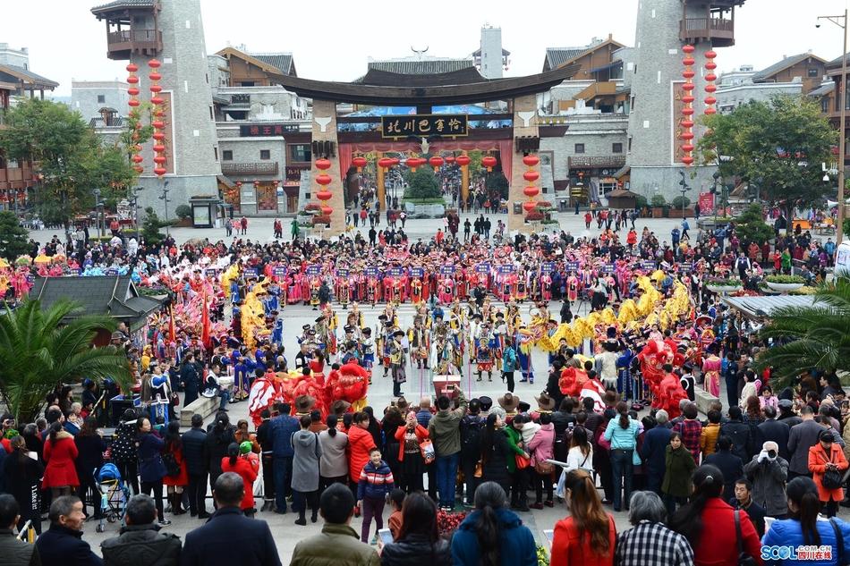民俗文化巡游热闹壮观 北川万人空巷欢度羌年