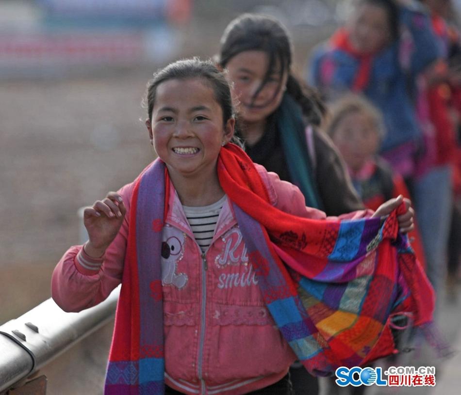 放学回家喽!在大凉山 遇见最美的微笑
