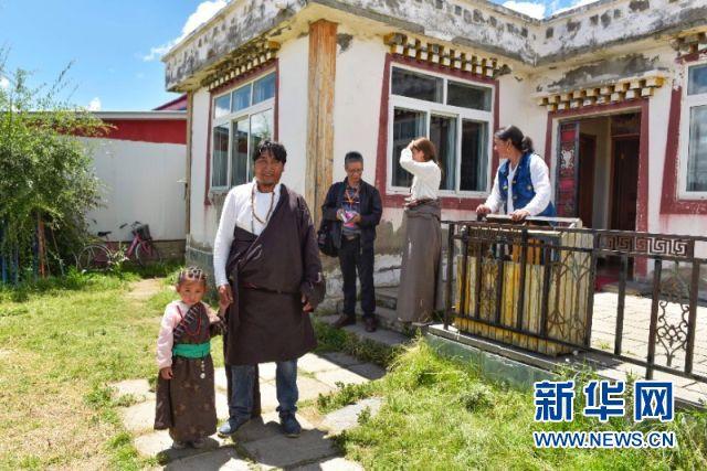 四川红原:格桑花儿依旧开 牧民生活大不同
