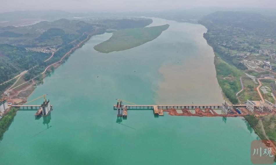 南充蓬安嘉陵江三桥建设现场一片繁忙