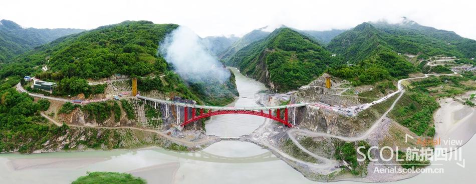 北川唐家山特大桥顺利贯通 羌红飞跃堰塞湖