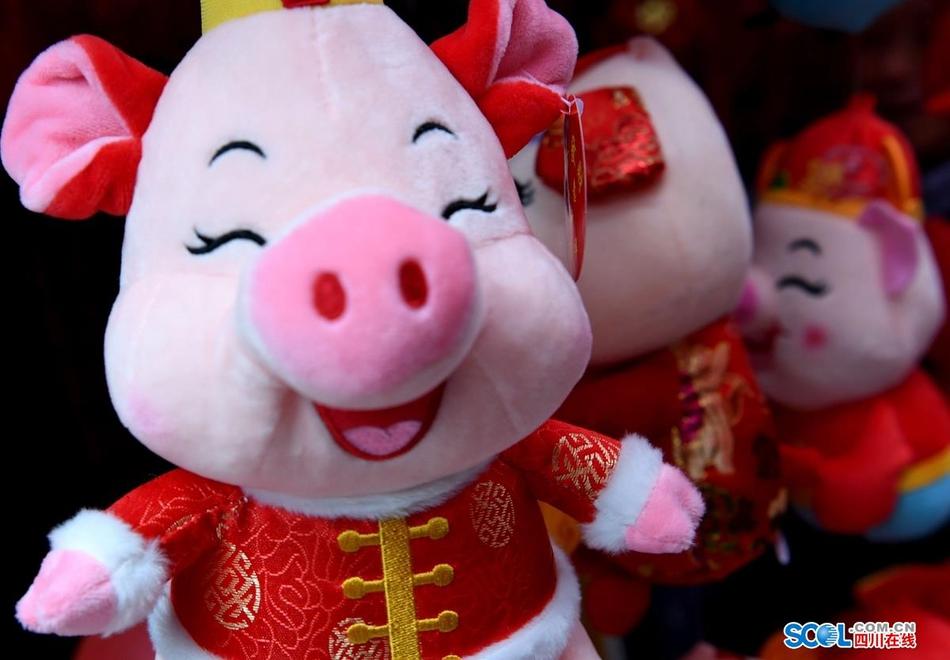 成都:卡通猪萌萌哒迎接新春
