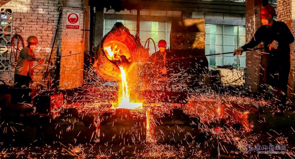 高温下的坚守:与钢花共舞的炼钢工人