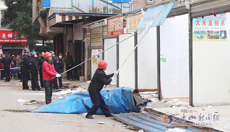 平江中街违章门市被拆 将改造成道路