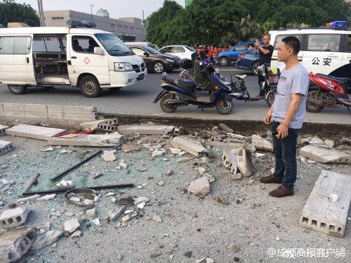什邡一客车侧翻多人受伤 正在救援
