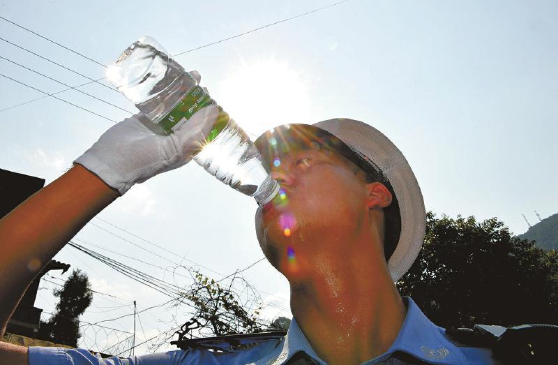 智斗秋老虎 交警一天喝8瓶水