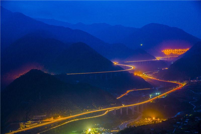 """鸟瞰雅西高速公路:""""云端上的天梯高速"""""""