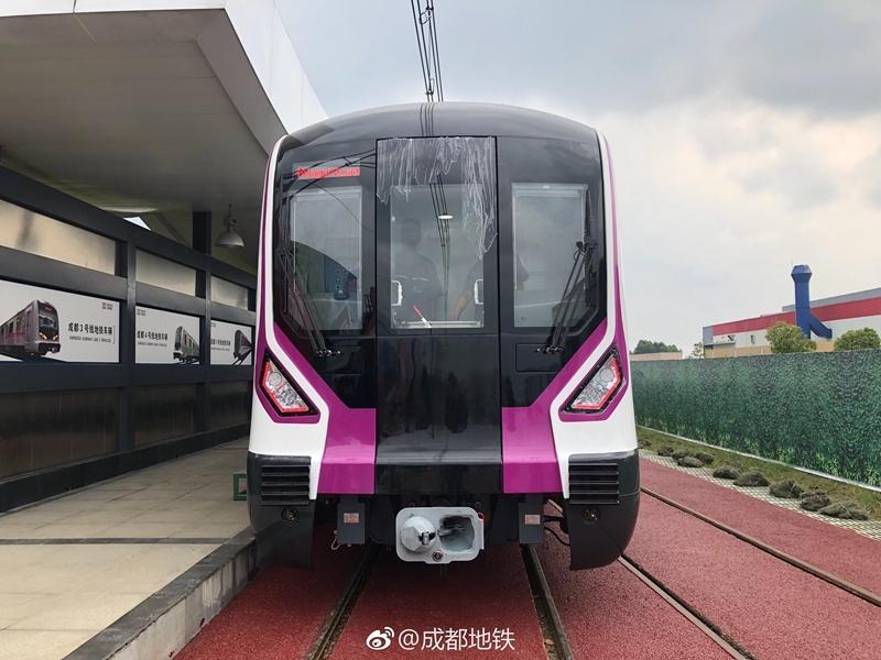 颜值爆表 成都地铁5号线启动车辆异地调试 明年试运营