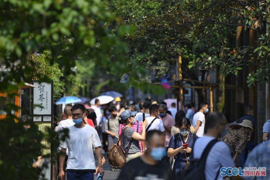 端午节 成都宽窄巷子人气旺