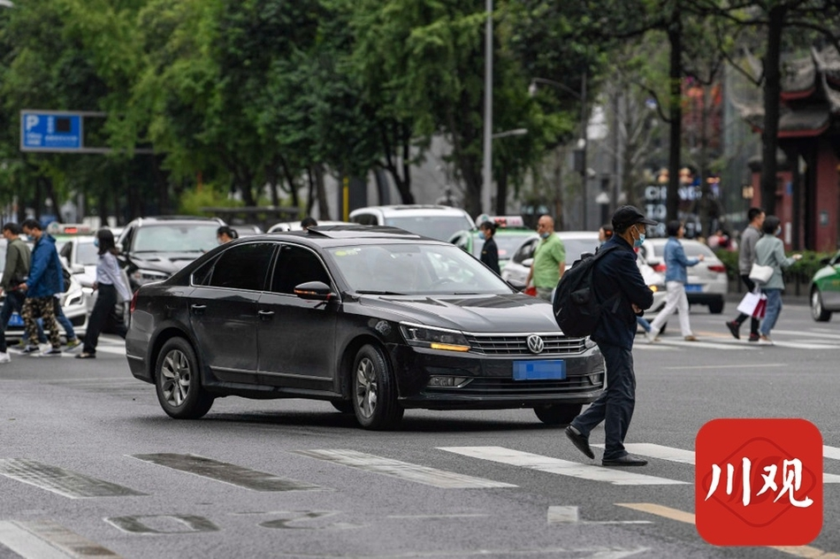 记者实拍:成都市内部分右转弯车辆不礼让行人