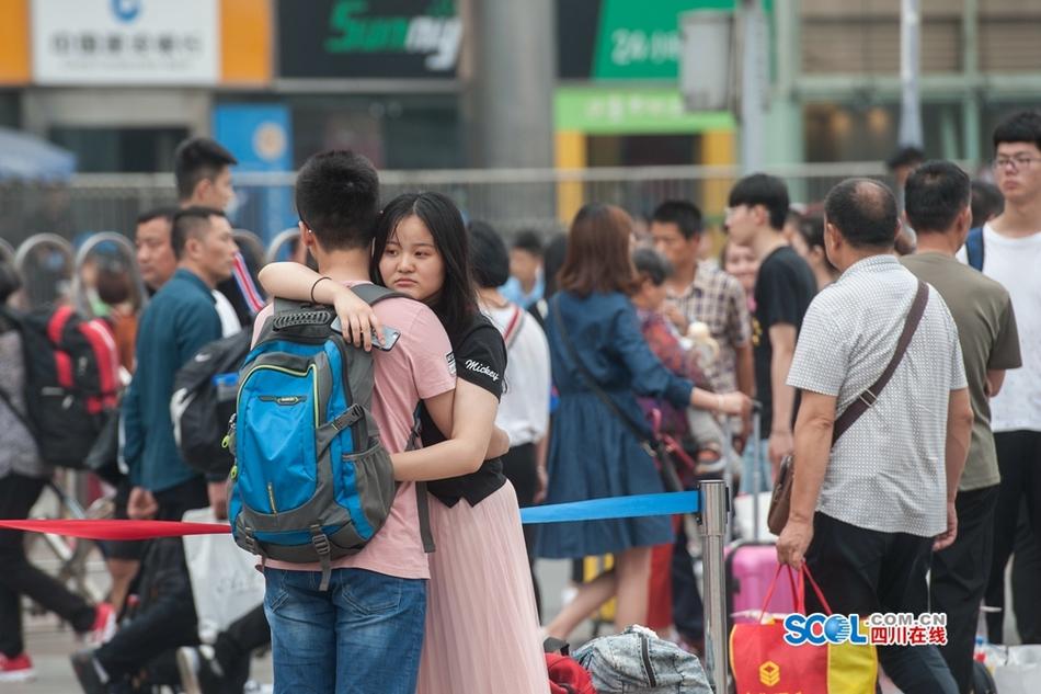 成都火车站迎五一小长假返程客流小高峰
