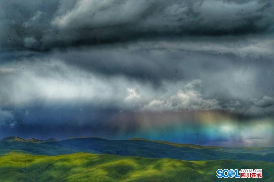 风雨后 壤塘县阿斯玛山顶拍到罕见彩虹云