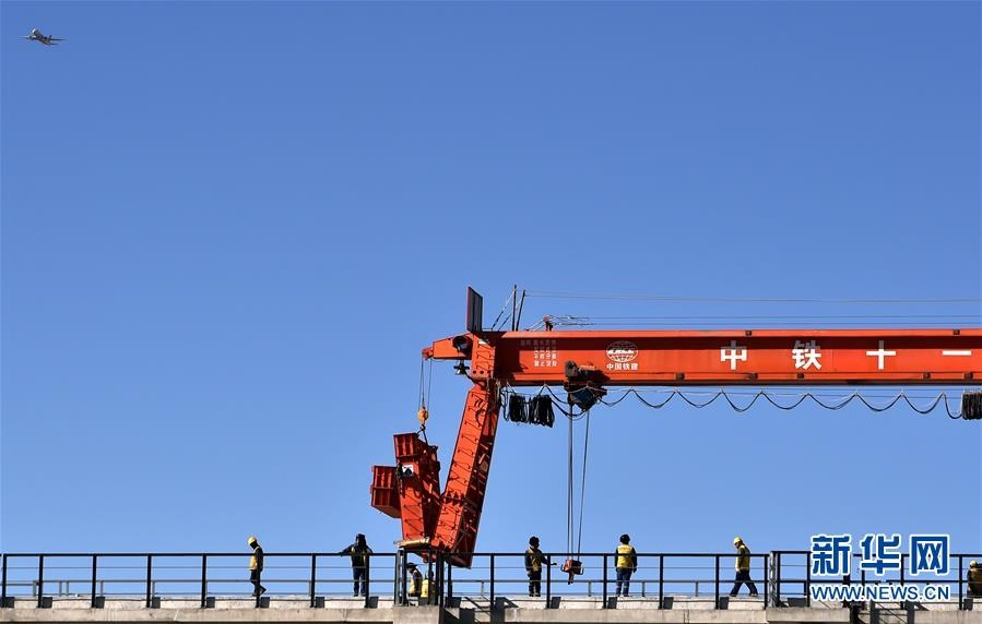 川藏铁路拉林段第一座跨雅鲁藏布江大桥铺轨
