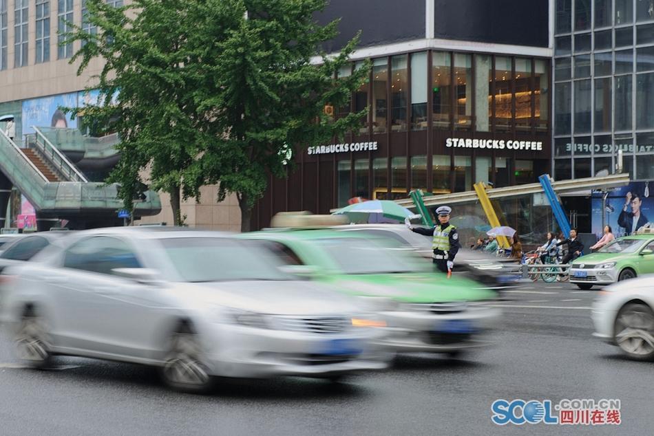 直击节后上班首日早高峰 成都交警:车流量与平时相差不大