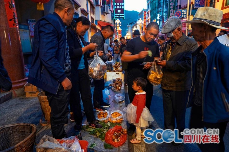 来四川小金县逛夜幕中的野生菌市场 太安逸了