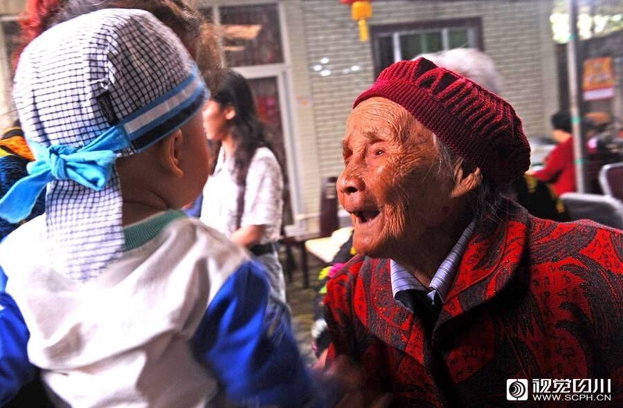 成都老人过118岁生日 六世同堂子孙近百人