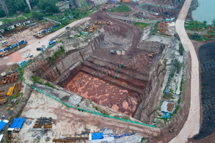 泸州长江二桥工程挖了个大坑 有9个篮球场大
