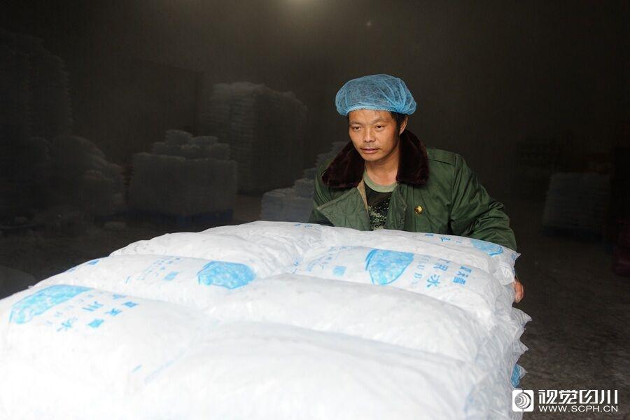 冰火两重天!成都高温天气下这群人穿棉袄上班