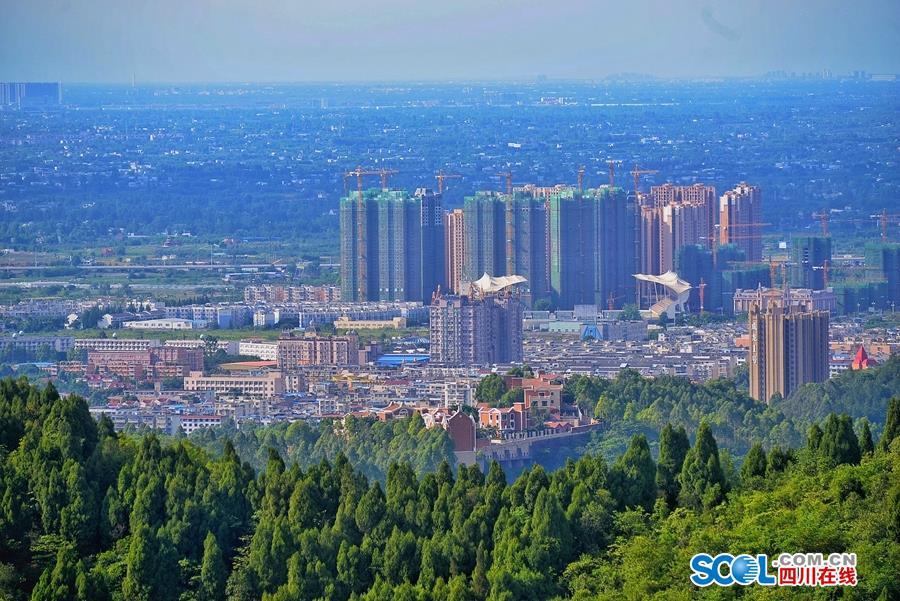 龙泉山上眺望城市风景