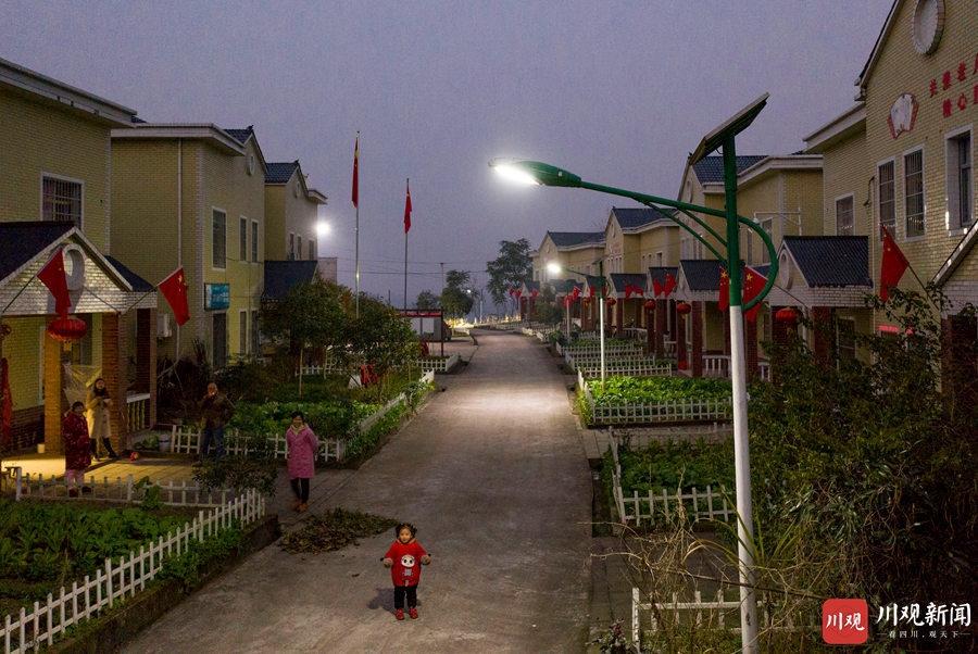 """广安:山村""""夜明珠"""" 点亮回家的路"""
