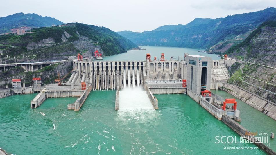 航拍:向家坝水电站今年首次开闸泄洪