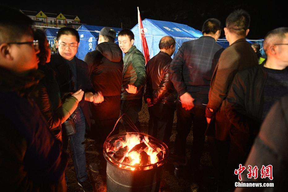 四川兴文地震首个夜晚 受灾民众住进临时安置点烤火取暖