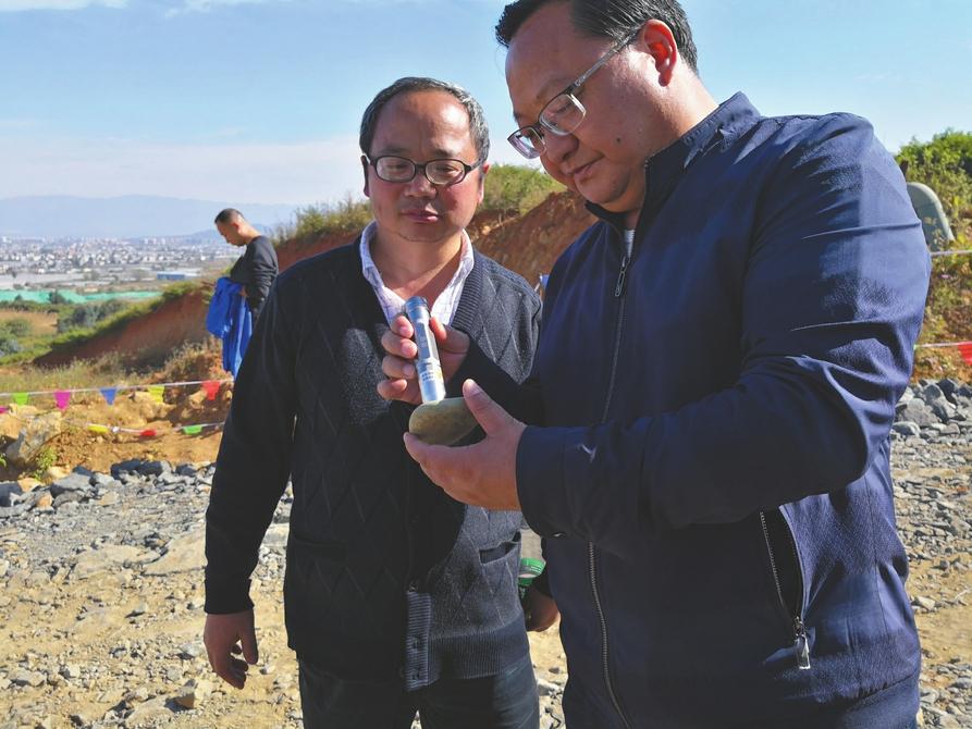 现实版疯狂的石头:西昌一弃土场众人组团连夜挖玉石