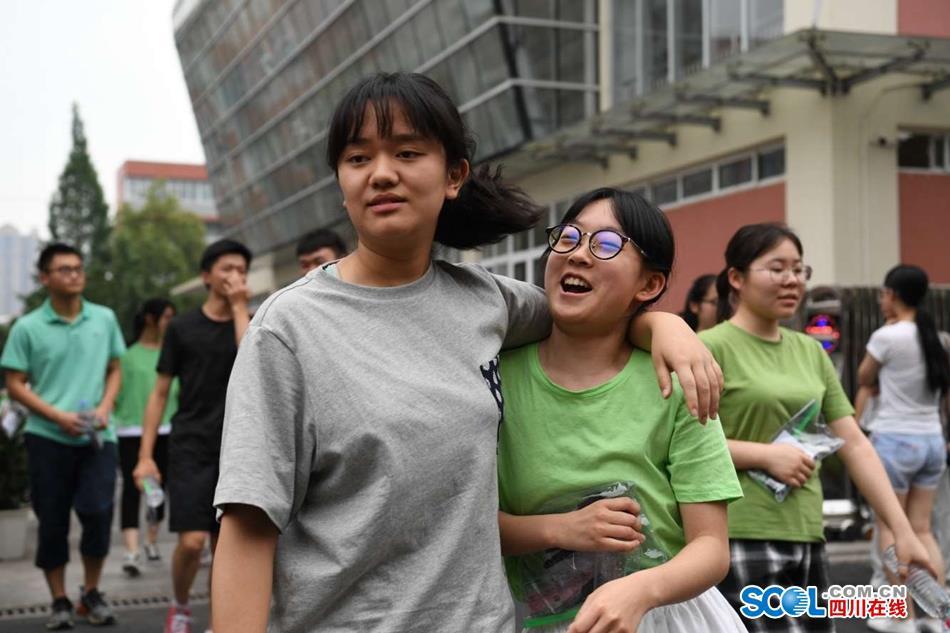 四川7所高校新生数据大揭秘 最小11岁男女生比例最大4:1