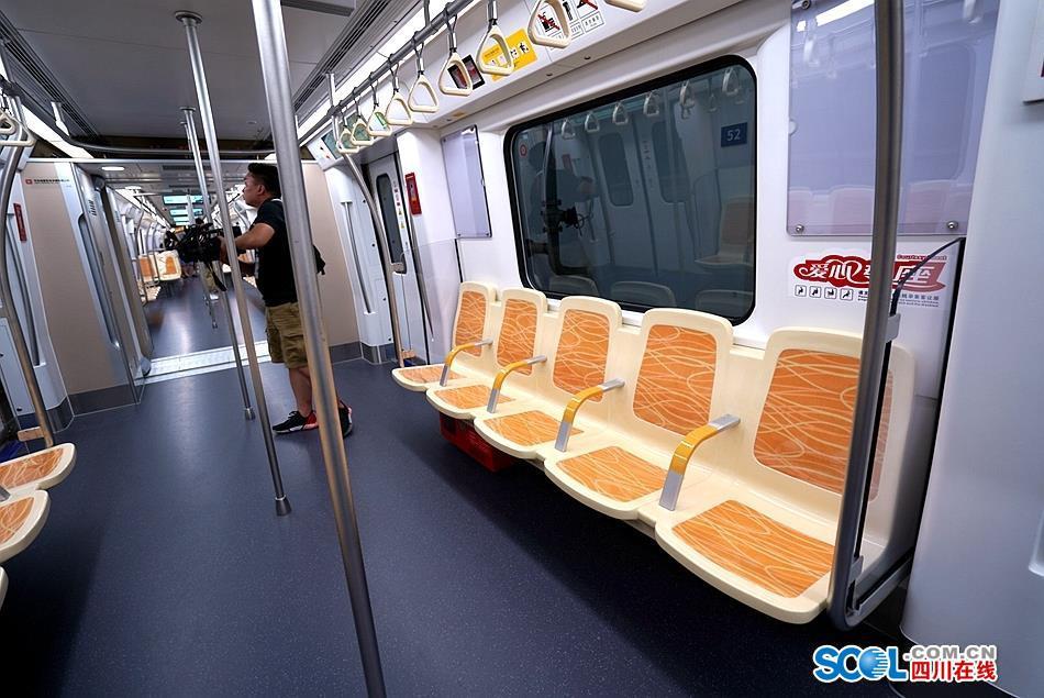 成都地铁18号线列车正式亮相 看看它有哪些亮点