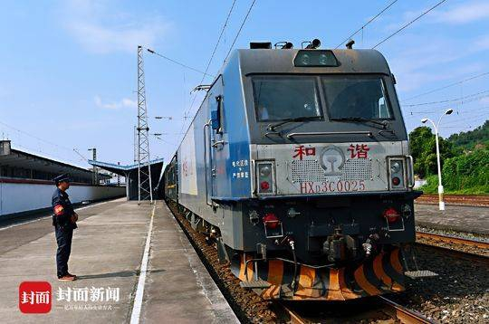 再见! 川渝地区最后的双层火车本周退役