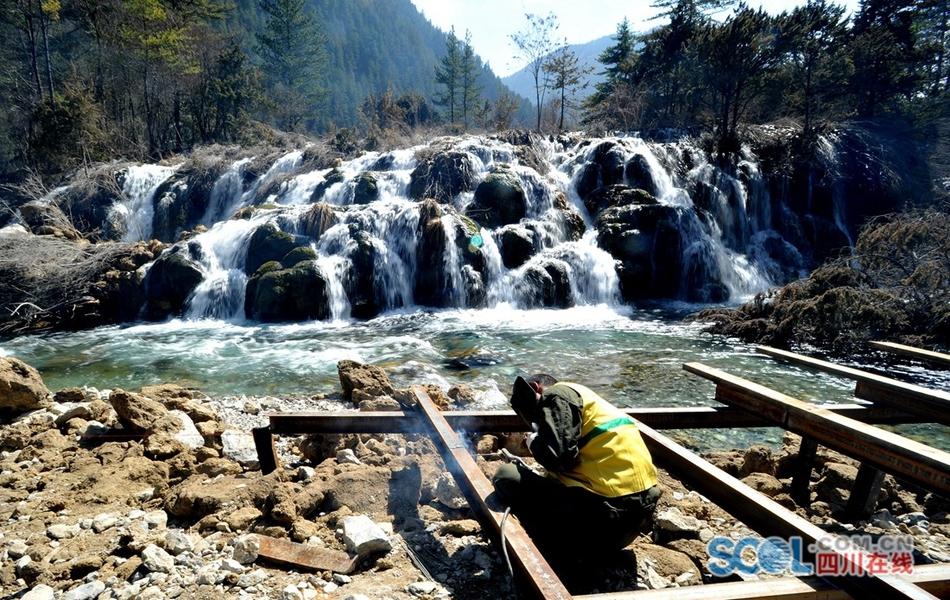 九寨沟震后形成新景观双龙瀑布