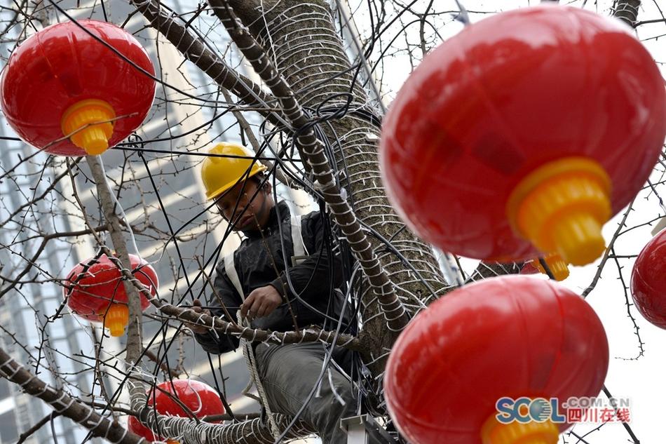 迎春节 3800个红灯笼装扮成都天府广场