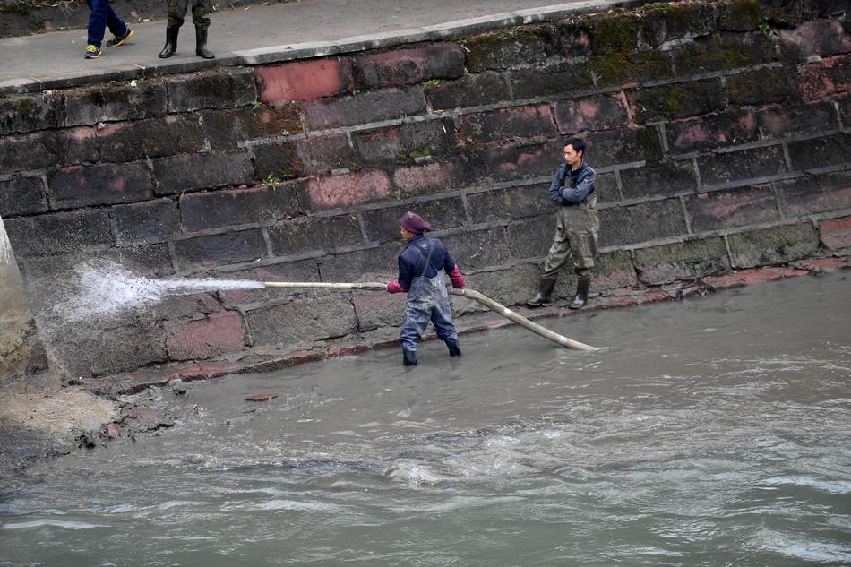 成都:工人冒严寒清淤泥给河道做大扫除