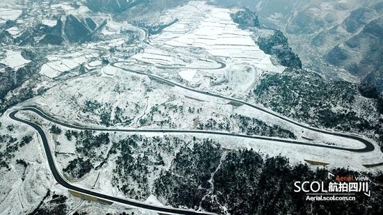航拍:大凉山深处的雪后天路