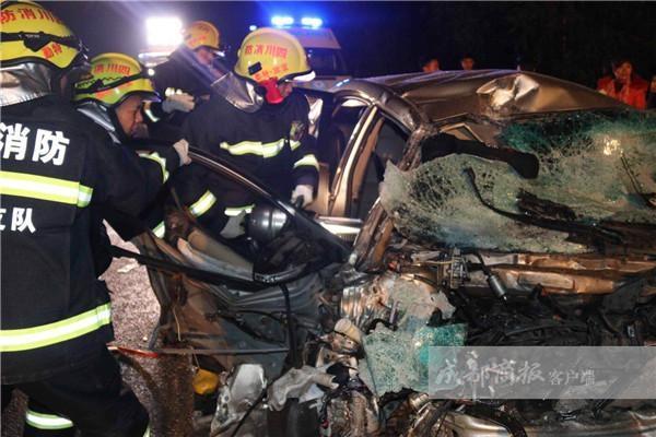 宜宾两车深夜相撞 一车被撞下桥一车严重变形致3死3伤