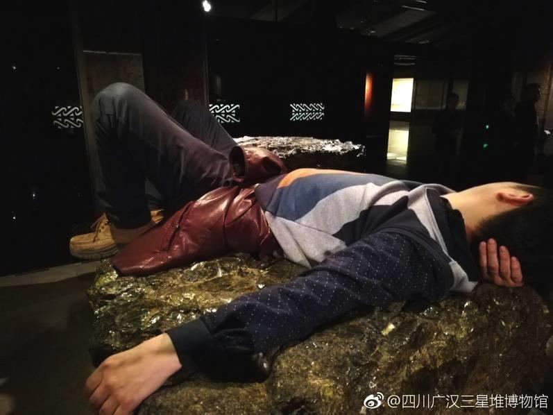 男子躺三星堆博物馆展品 馆方:工作人员劝阻无效