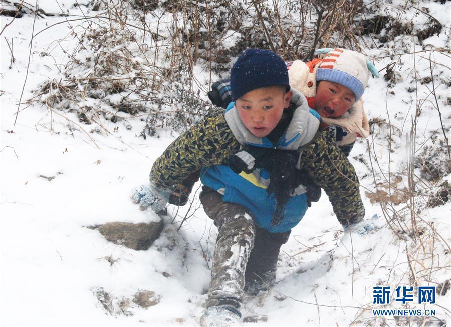 大凉山男孩背弟弟搬新家 -11℃雪天走山路