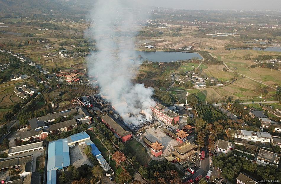 九龙灵官楼突发大火浓烟冲天 亚洲第一高木塔被烧毁