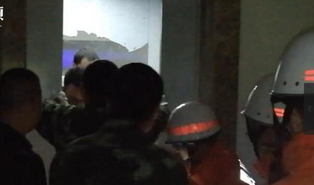 成都8名夜歸客凌晨被困電梯半小時 消防撬門營救