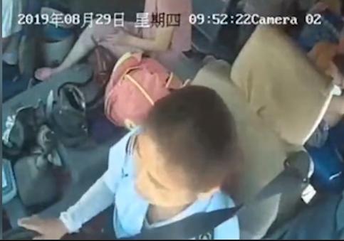 喇叭声吓到孙子 安徽女子冲上公交持伞抽打司机被拘