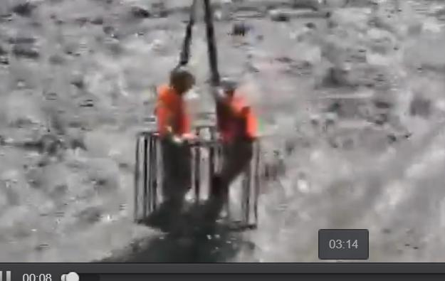 惊险!乐山68岁老人被困大渡河 消防借吊车营救