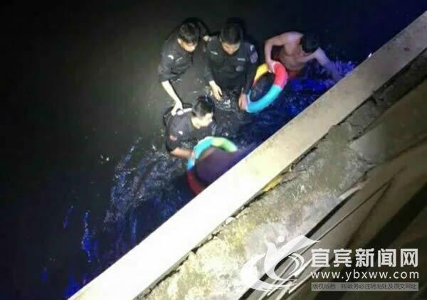 宜宾男子与女友吵架轻生 4名特警跳河将其救起