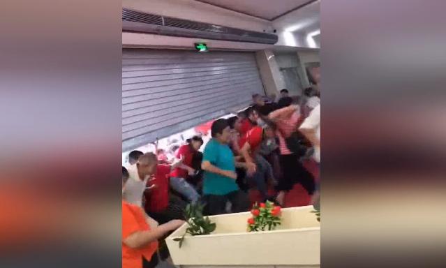 四川一超市开业搞促销 数百老人开门后猛冲进超市抢购