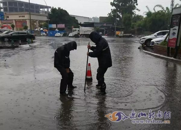 一场暴风雨降临乐山 应急抢险队员们的身影随处可见