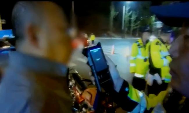 """司机满面通红给交警""""打太极"""" 涉嫌危险驾驶罪被立案"""
