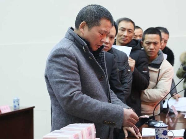 部门维权 29名农民工被拖欠的19余万元工资领到了
