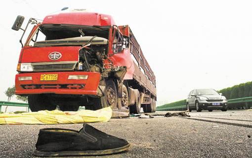 高速路上停车理论 4车相撞1人身亡