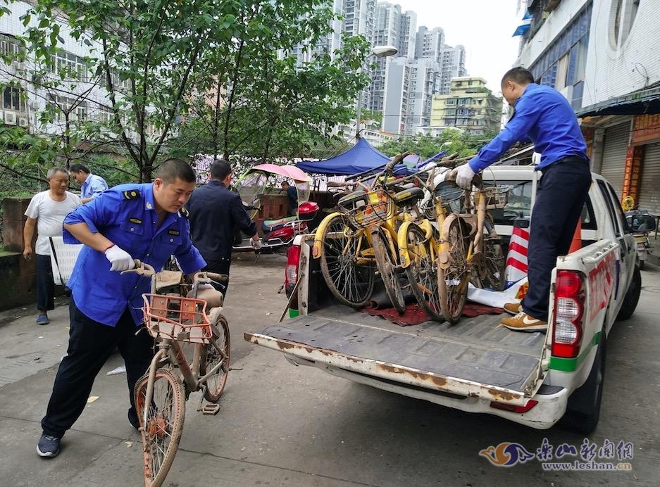 乐山城区竹公溪河滩共享单车被集中清理