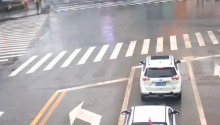 前车熄火致其等红灯 男子生怨多次别后车出气受处罚