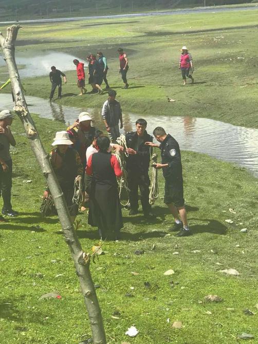 民警涉险渡河救援 甘孜被困村民顺利脱险
